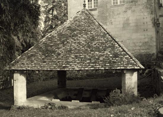 Abzac, le lavoir au château