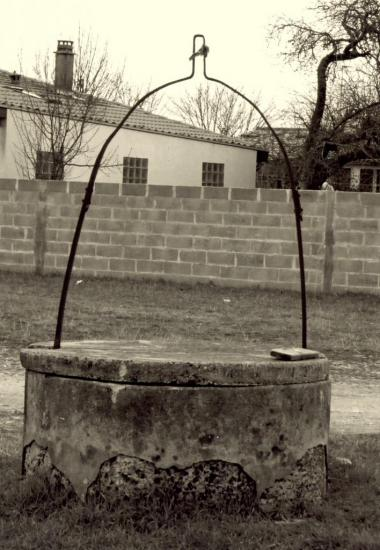 Les Eglisottes, un puits sur la place, au lieu-dit Reyraud-Moulin