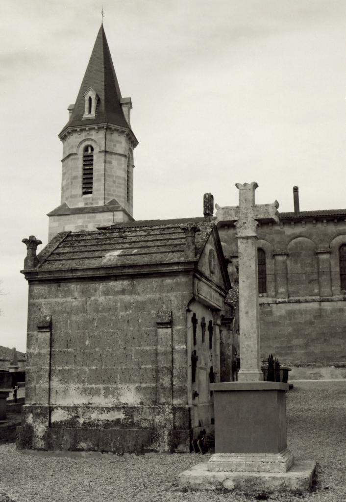 Saint-Christophe-de-Double, la croix Hausannière du cimetière