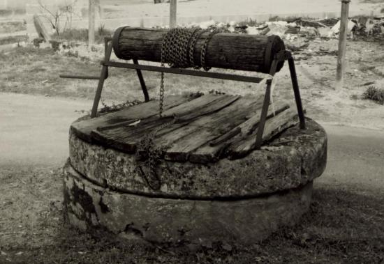 Saint-Christophe-de-Double, un puits à treuil