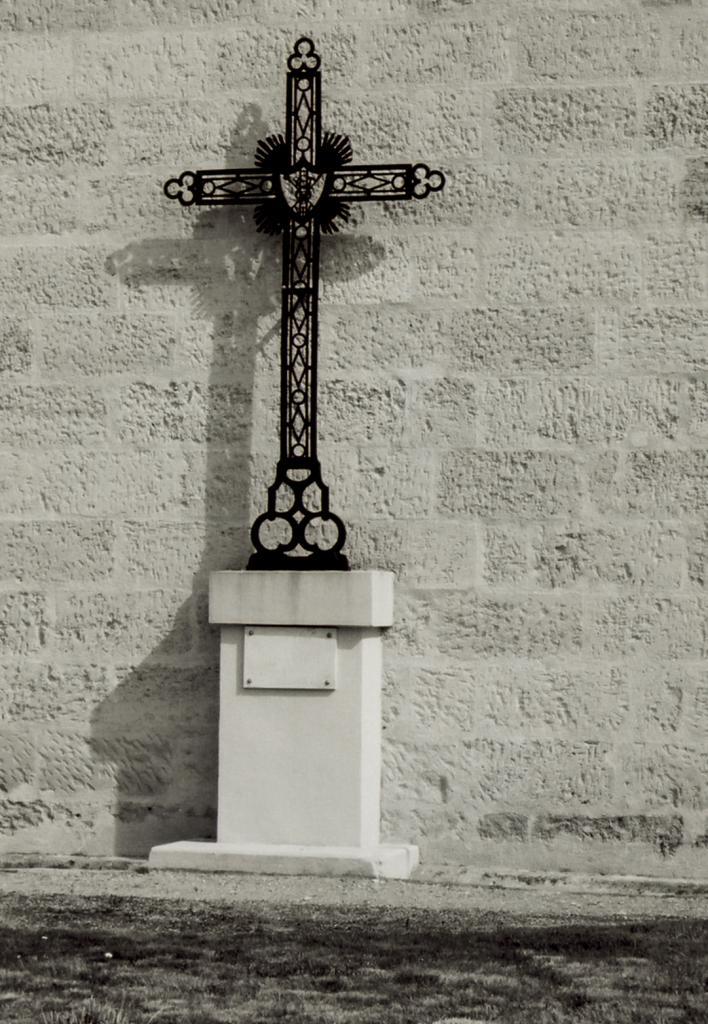 Saint-Seurin-sur-Isle, une croix au presbytère