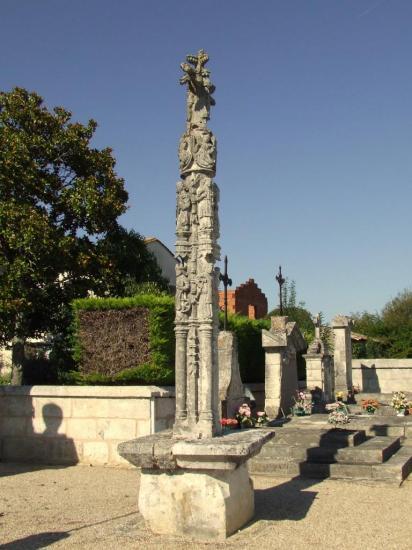 Saillans, la croix sculptée du 16 ème siècle au cimetierre