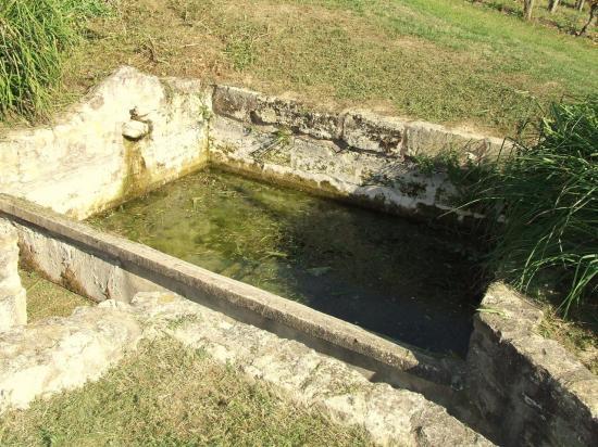 Saillans, un lavoir vers l'église