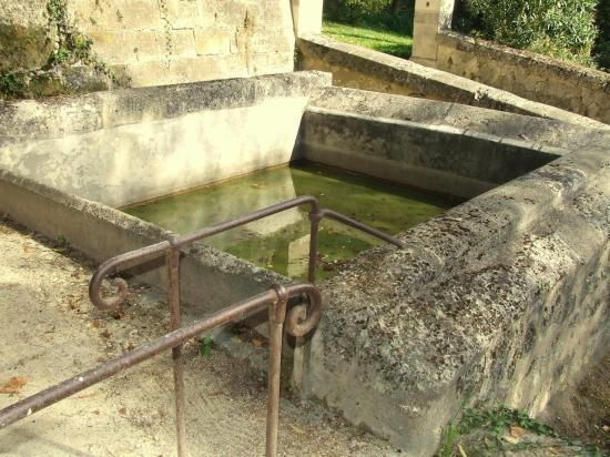 Saint-Germain-la-Rivière, un lavoir au lieu-dit la Roque