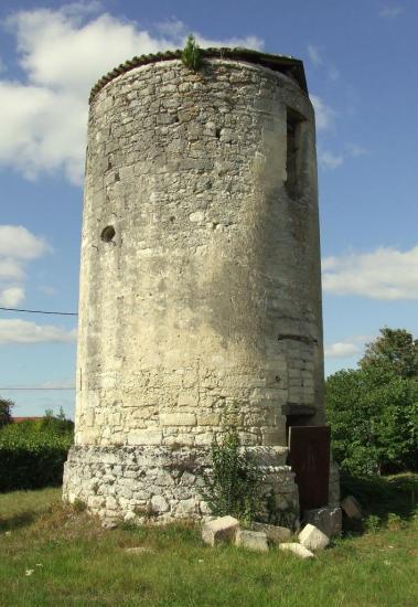 Saint-Germain-la-Rivière, une vue plus rapprochée de cet ancien moulin