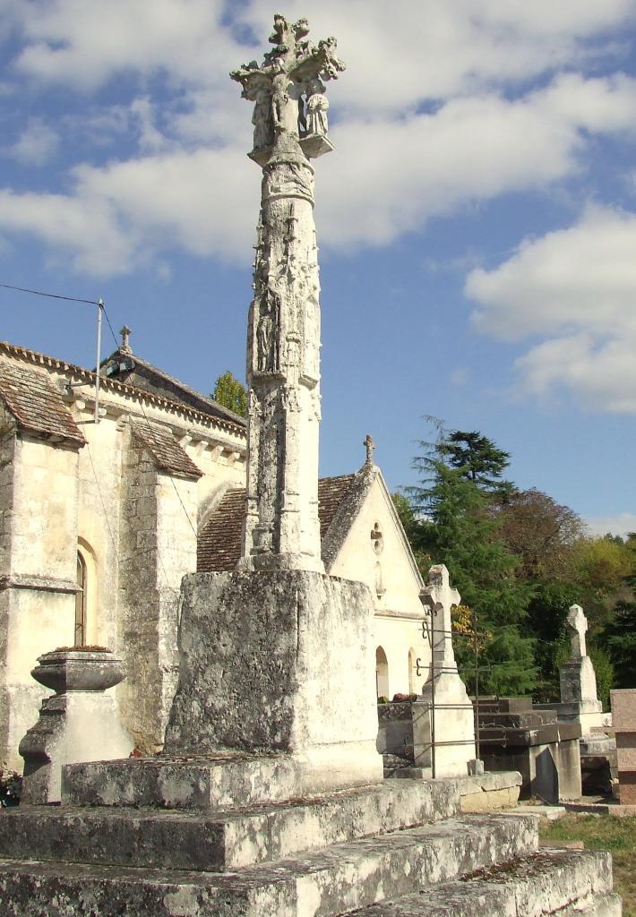 Saint-Germain-la-Rivière, la croix sculptée du cimetière