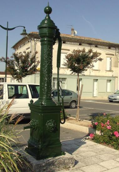 Villegouge, une pompe à eau sur la place