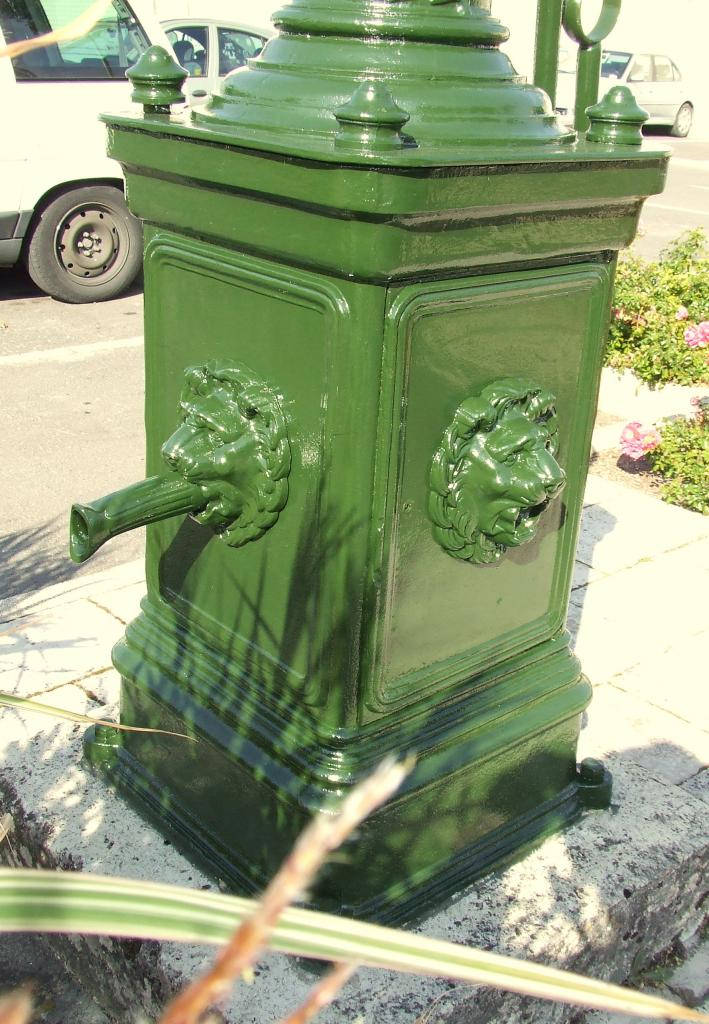 Villegouge, détails de la pompe à eau