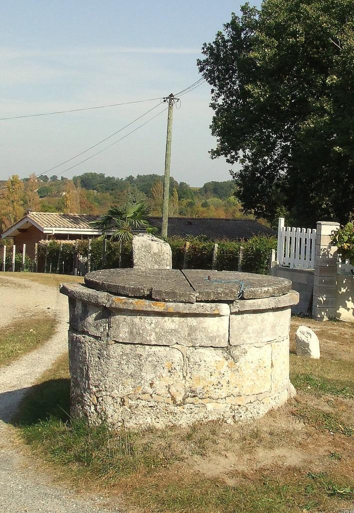 Villegouge, un puits au tertre de Thouil