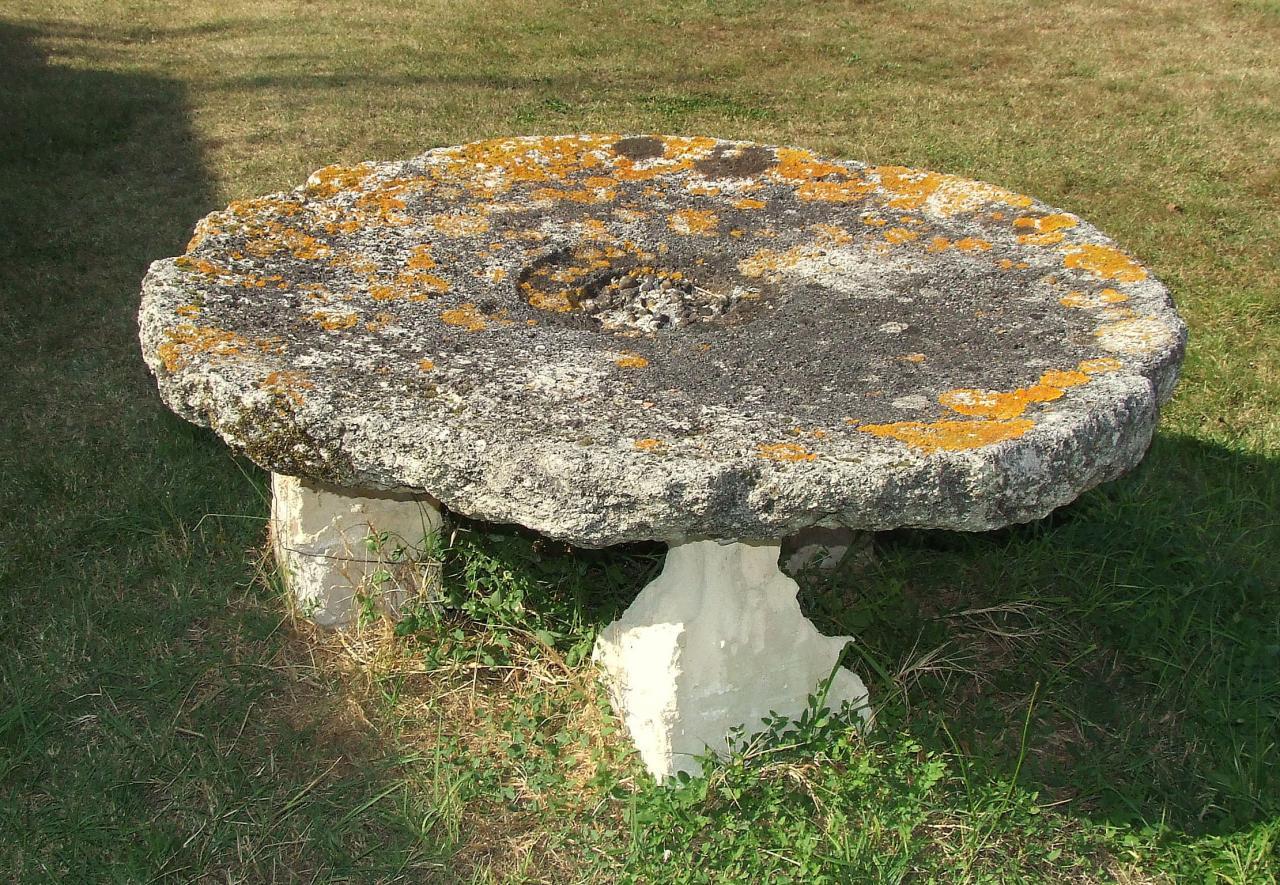 Tarnès, une table de pierre au lieu-dit les Maurins