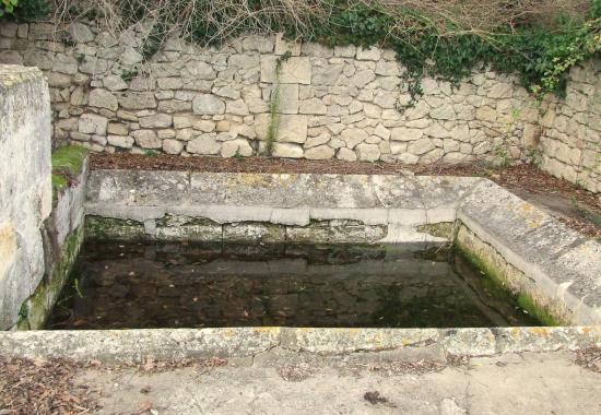 Asques, une fontaine et son lavoir au lieu-dit Saint-Martin