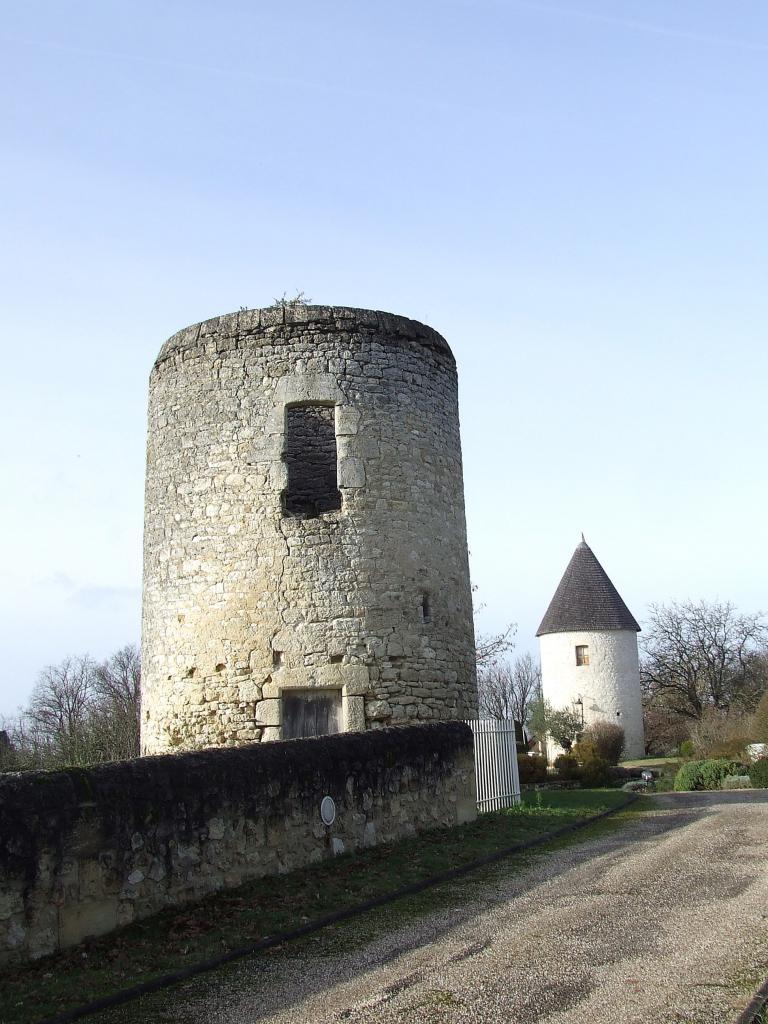 Asques, un moulin et les restes d'un autre moulin