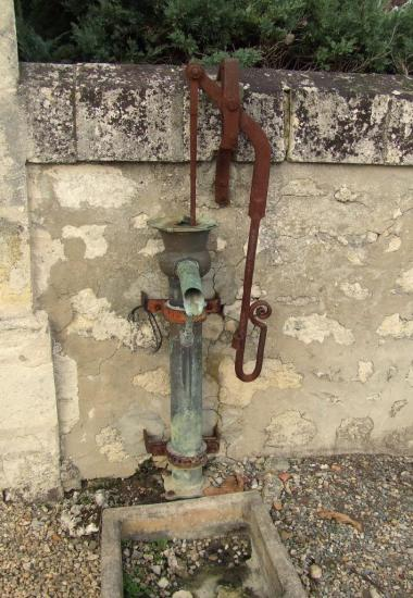 Cadillac-en-Fronsadais, une pompe à eau dans le cimetière