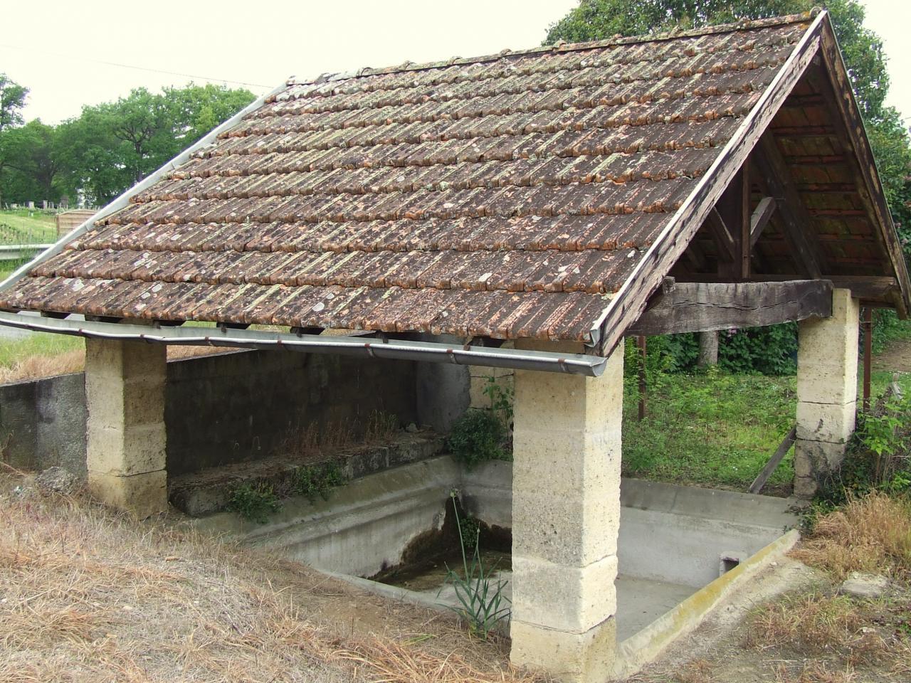 Lugon-et-l'Ile-du-Carney, un lavoir à l'entrée du bourg sur le CD670