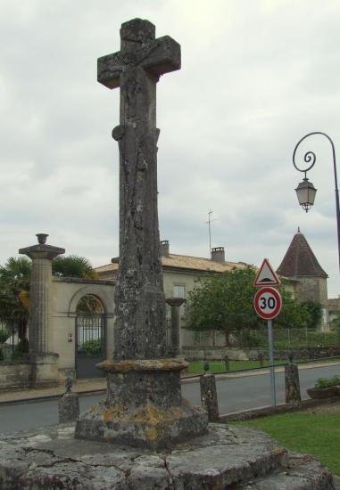 Lugon-et-l'Ile-du-Carney, une croix du cimetière