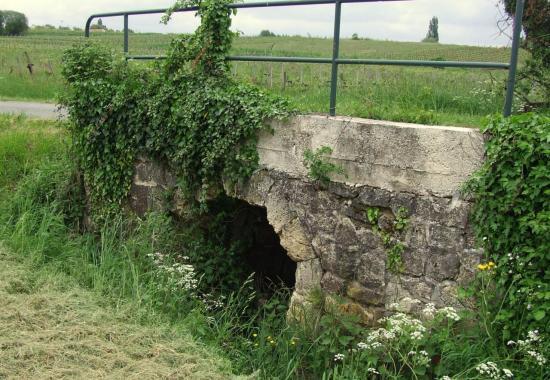 Lugon-et-l'Ile-Carney, un ponceau en pierre de taille