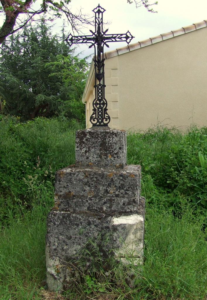 Lugon-et-l'Ile-du-Carney, une croix rue du 8 mai 1945