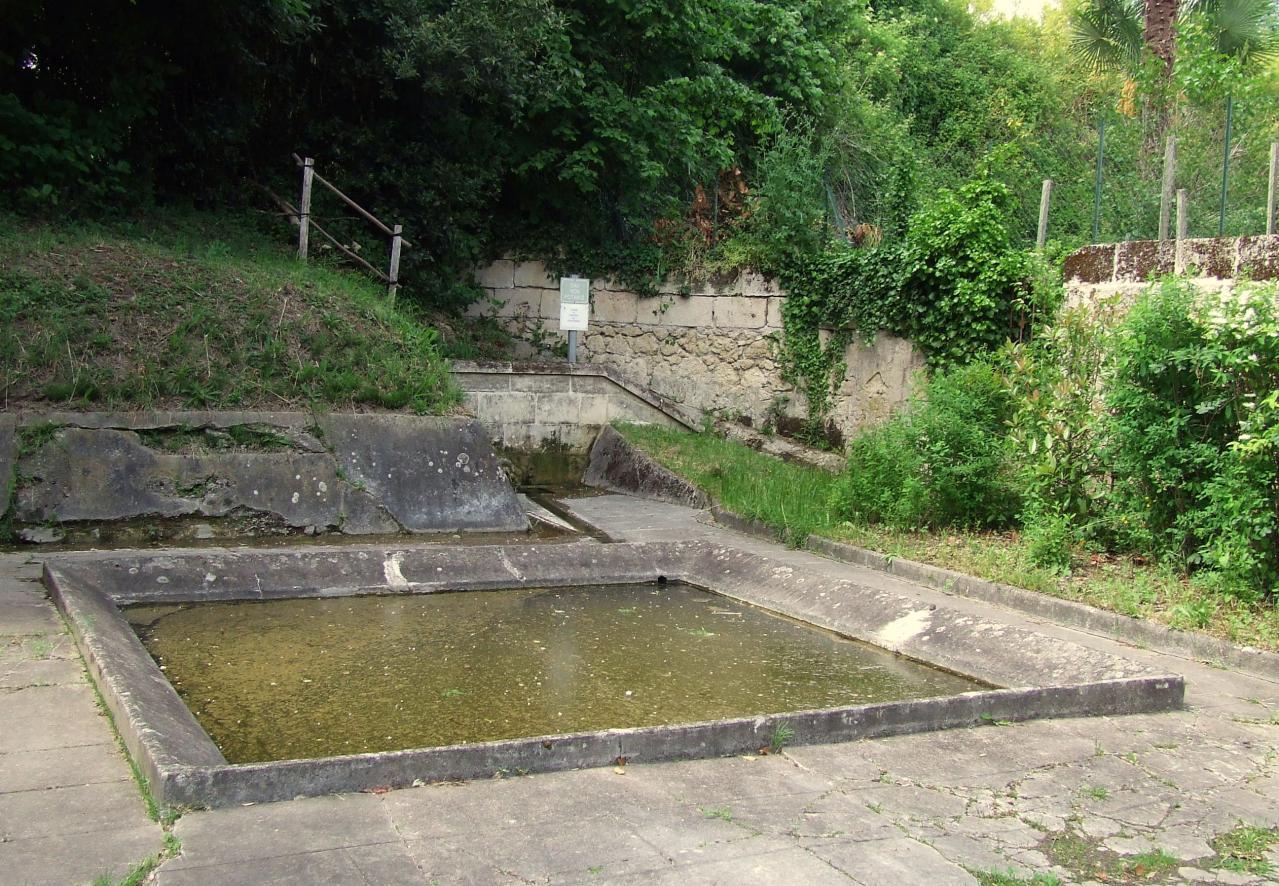Arveyres, un lavoir sur la route de Cadarsac