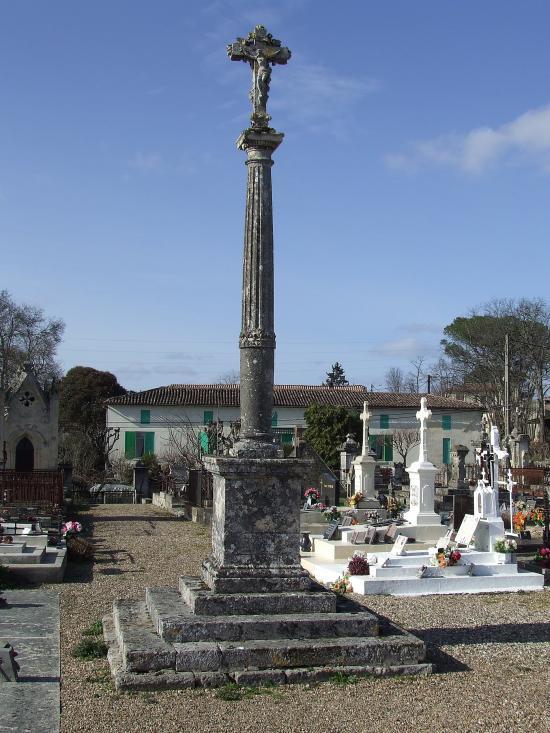 Cabara, la croix du cimetière date du 17ème siècle