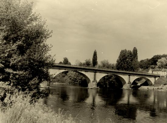 Vitrac, ce pont enjambe la Dordogne.