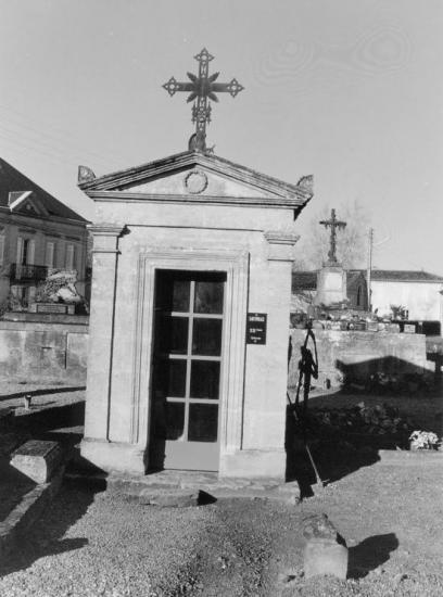 Saint-Pey-d'Armens, un sarcophage.