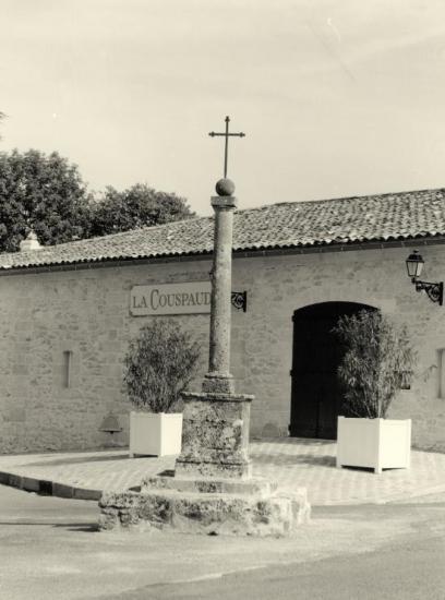 Saint-Christophe-des-Bardes, une croix au château Couspaude.