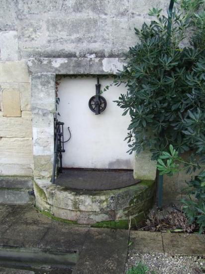 Cabara, un puits mitoyen dans le Jardin Public