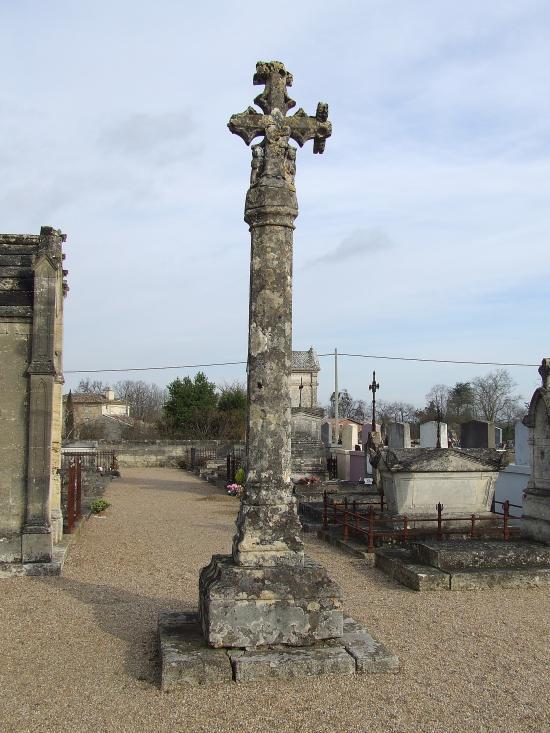 Moulon, la croix du cimetière gothique.