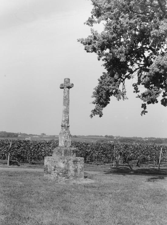 Saint-Christophe-des-Bardes, une croix de mission.