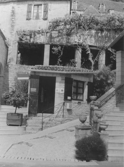 La Roque-Gageac, une maison de pierre et un escalier.
