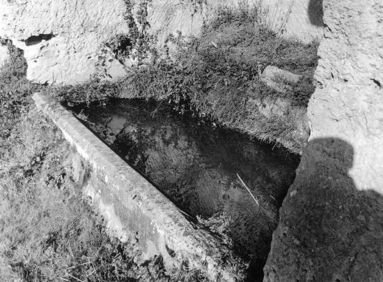 Saint-Laurent-des-Combes, un ancien lavoir taillé dans la roche.