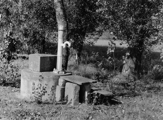 Vayres, chez l'habitant, un puits et une pompe.