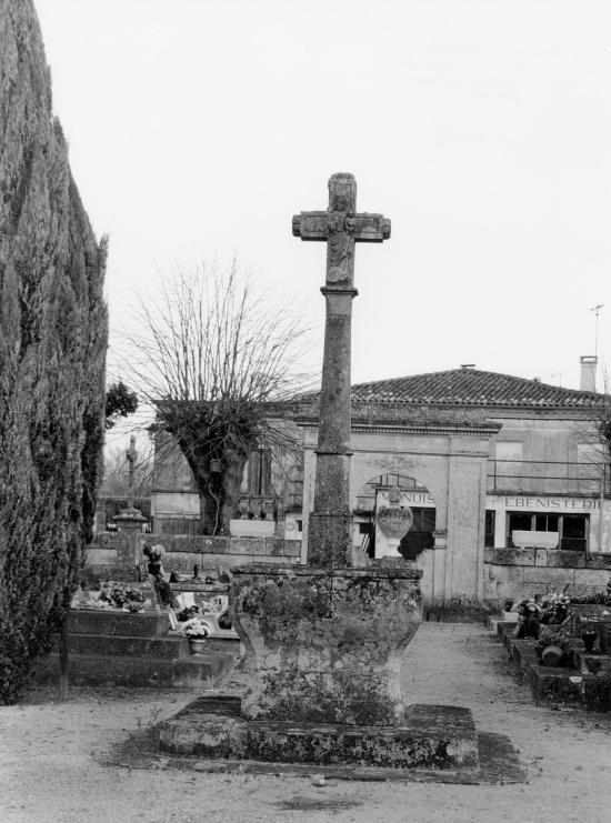 Saint-Sulpice-de-Faleyrens, une croix de cimetière gothique.