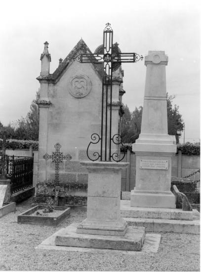 Savignac-de-l'Isle, la croix du cimetière.