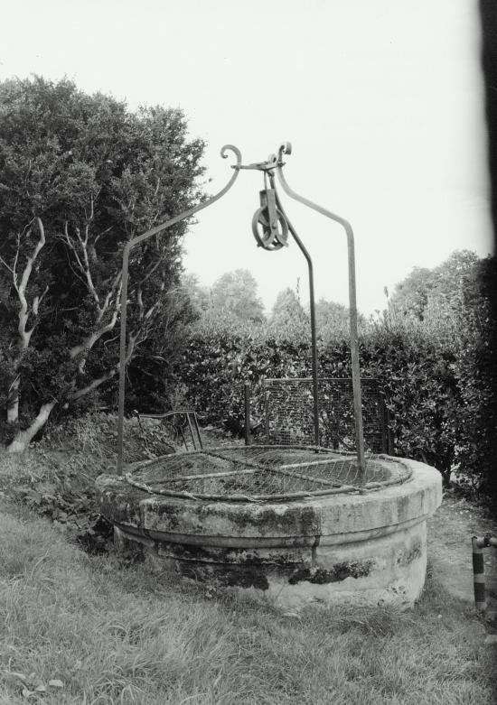 Vayres, dans l'enceinte du château, un magnifique puits à treuil.
