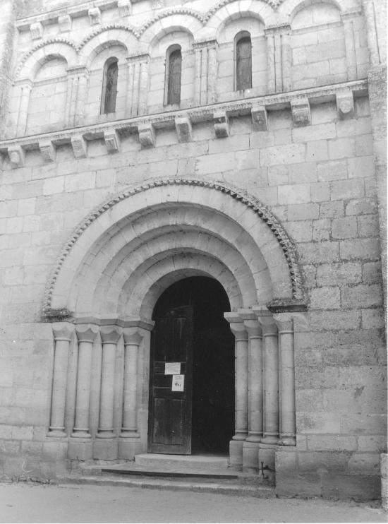 Saint-Denis-de-Pile, le porche de l'église,