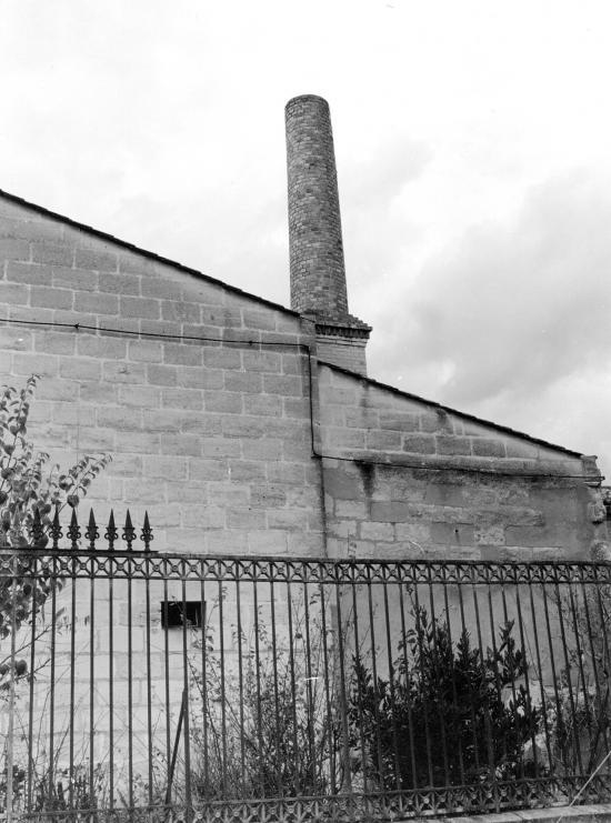 Arveyres,  la cheminée de l'ancienne boulangerie.