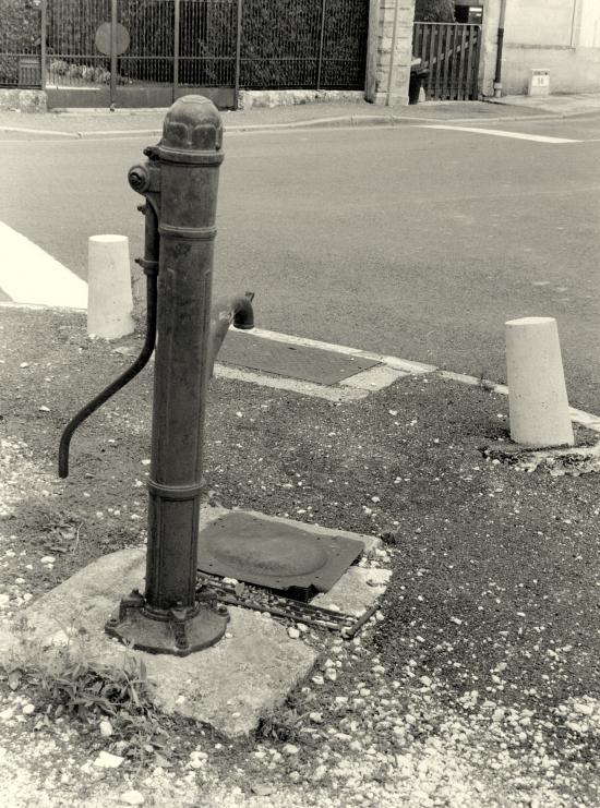 Arveyres, une ancienne pompe à eau, rue de l'église.