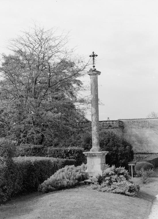 Vayres, dans l'enceinte du château, une croix de mission.