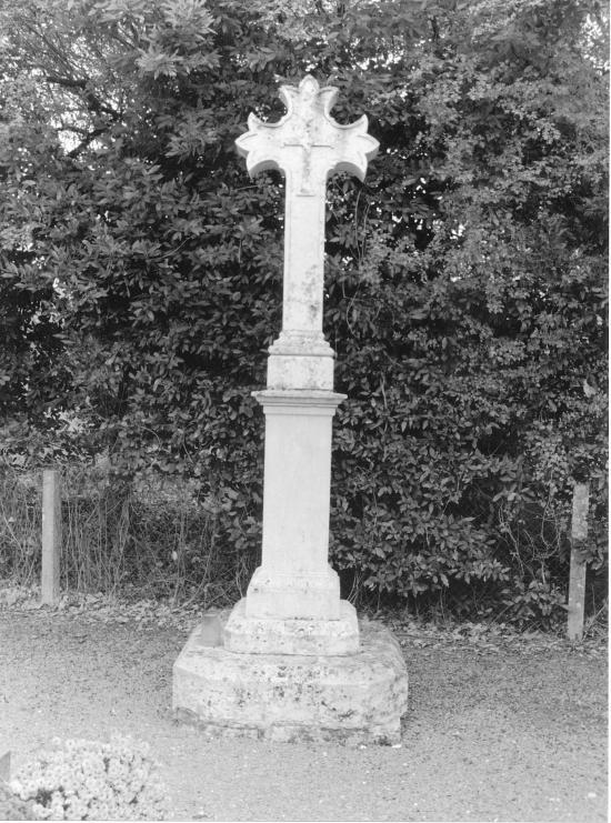 Lagorce, la croix du cimetière,