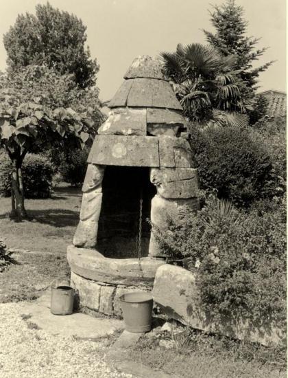 Saint-Denis-de-Pile, un puits coiffé,