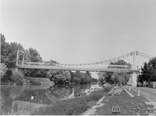 Saint-Denis-de-Pile, le pont suspendu, 1938,