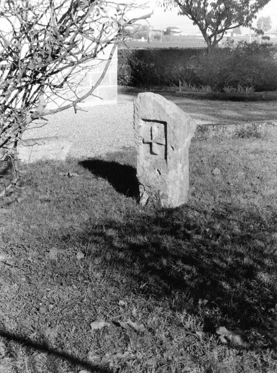 Pomerol, une borne croix de Malte.