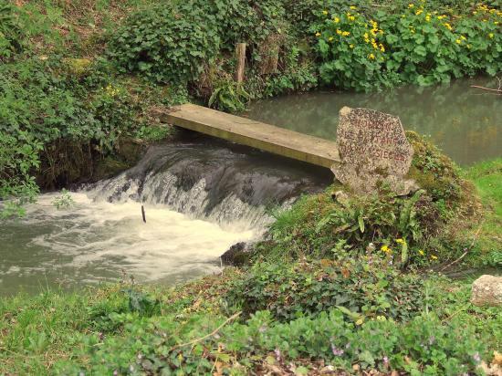Moulon, une petite cascade au moulin Batan.