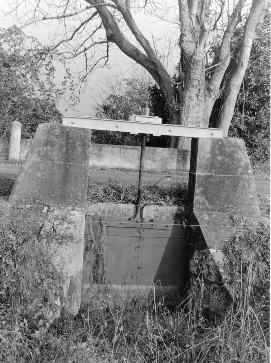 Arveyres, une pelle hydraulique le long de la Dordogne.