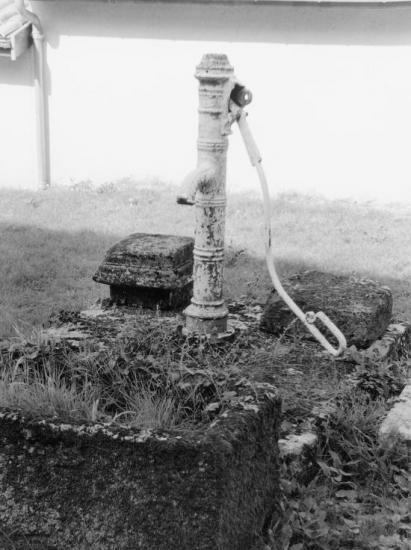 Saint-Christophe-des-Bardes, une pompe à bras sur un puits.