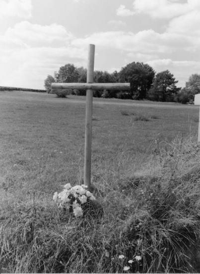 Bayas, une croix de bois, au lieu-dit le Grand-Jard.