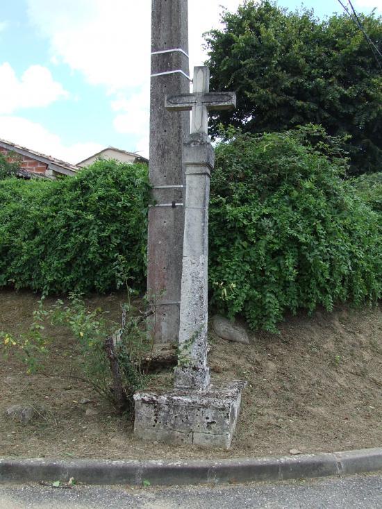 Dardenac, une croix de carrefour.