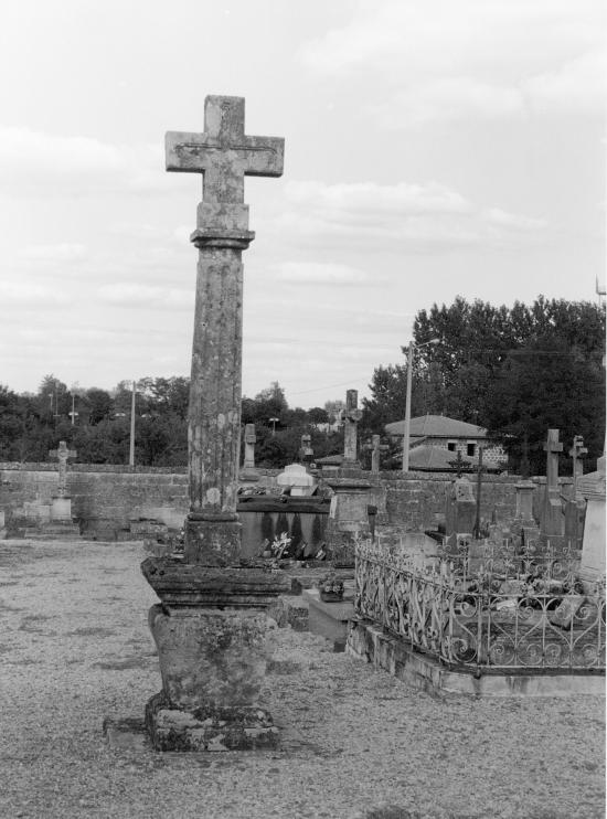 Guitres, la croix du cimetière.