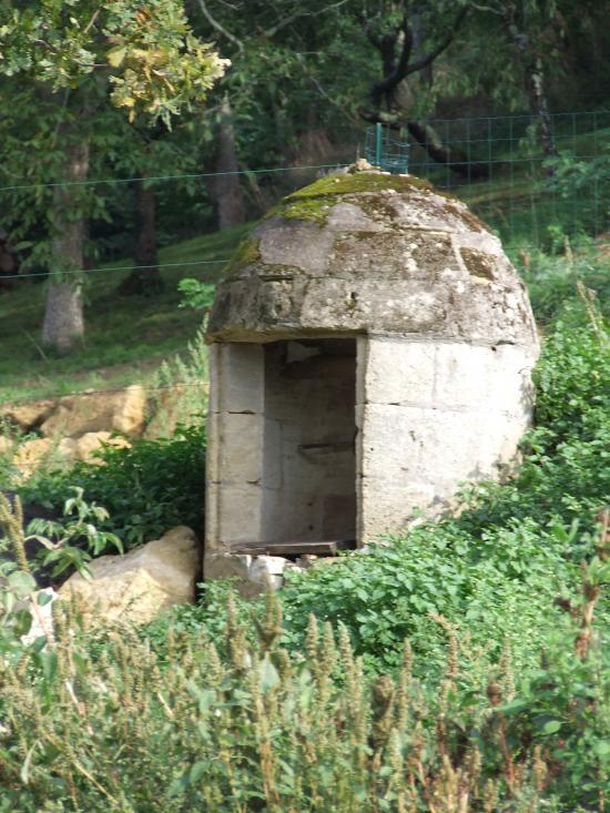 Arveyres, un puits fermé au port d'Arveyres.
